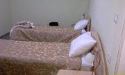 Две современные кровати с прикроватными тумбочками, светильниками и настольными лампами - увеличить