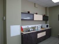 Комната приёма пищи - три чайника, большая СВЧ-печь, два больших холодильника, кружки, чашки, ложки - есть всё! - увеличить