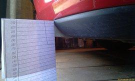 А вот бампер Kia Ceed SW 2010 реально выше (съёмка в гараже на деревянном полу), по любому юбка 17-ти сантиметрового бордюра даже не касается - увеличить
