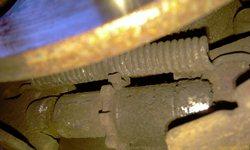 Регулировочная шестерёнка, находится внизу, под нижней пружинкой, точно совмещается с отверстием в тормозном диске - увеличить