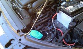 Из 5-ти литровой бутыли незамерзайку не зальёшь, рычаг мешает, заливать придётся со стороны двигателя - увеличить