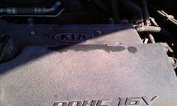 Слой клея от обечайки на крышке двигателя - увеличить