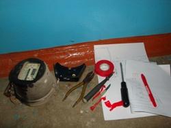 Необходимые инструменты и снятый старый счётчик - увеличить