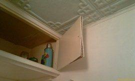 Антресоль с кухонными приборами залило всю. По дверце текло сильно - фанера тут же расслоилась капитально, дверки - менять. И полка-дно промочилась-вспухла - увеличит