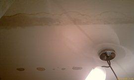 Вода протекла сквозь щели и сквозь бетонную плиту, оставив страшные пятна. Только размывать, просто побелка поверху не поможет - увеличить