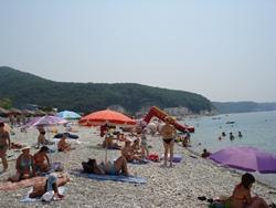 Агой. Отличный местный пляж. Приятный и мелкогалечный - легко ходить. Вся цивилизация представлена