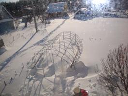 Занесённая снегом теплица. Вид сверху - увеличить