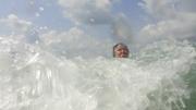 Купание в волнах - это замечательно! - увеличить
