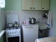 Небольшая, но полнофункциональная кухня с газовой плитой, мойкой, холодильником и обеденным столом - очень удобная штука! - увеличить