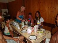 Совместный ужин во дворе дома Вартуш, весьма уютная обстановка! - увеличить