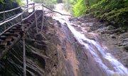 И как-то вскарабкаться ко второму водопаду. Лестница есть, конечно.. - увеличить