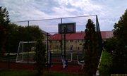 Отлично оборудованная и просто прекрасная спортивная площадка со множеством тренажёров - увеличить