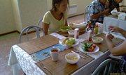 Чистый стол, яблоки, приправы - и завтрак - увеличить