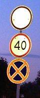 Занятный набор дорожных знаков перед Пионерским проспектом - увеличить