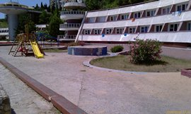 Детская площадка и .. тут был бассейн, скорее всего, ныне просто цветы - увеличить