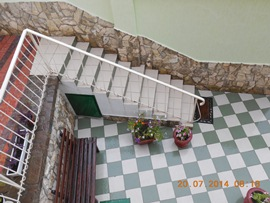 Афалина - часть внутреннего дворика. Лестница ведёт на площадку с бассейном - увеличить