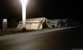 Подарок губернатора - душ и палатки для сна. Душ - нормально, только палатки зачем? Если каждый час-полчаса надо заводиться и ехать метров 100. И не дай Бог проспишь! - увеличить