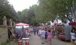 Праздник жизни в Феодосии представлен по полной - море ларьков, магазинчиков, кафешек, праздно-шатающихся людей - лафа да и только! - увеличить