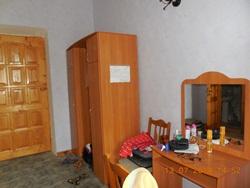 Номер - вход, шкаф (обратите внимание на высоту потолков!) и комод - хорошо и удобно! - увеличить