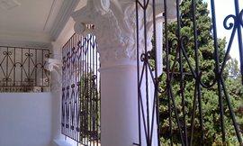 Тот же балкон - фигурные решётки и красивая лепнина - увеличить