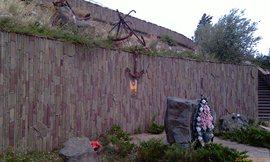 Стена-стэлла в память погибших на водах, таких памятников много на территории - увеличить