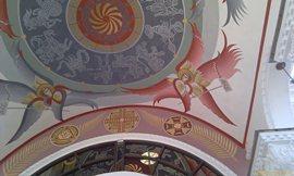 Храм необычно красивый, с многочисленными яркими росписями на потолках и стенах - увеличить