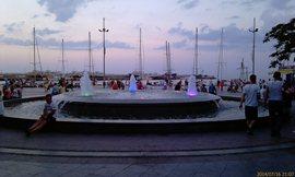 На набережной много фонтанов, и цветных, в частности - увеличить