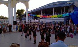На пляже, где ул. Фрунзе - коллектив приезжих танцоров - представление нормальное - увеличить