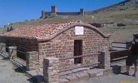 Цистерна для питья, дождевая вода, 185 куб.м. Натекала с горы Перчем в 3-х км к северу от крепости, по керамическим трубам. Построена в 1375 году, на фундаменте от хазарских сооружений 9-го века - увеличить