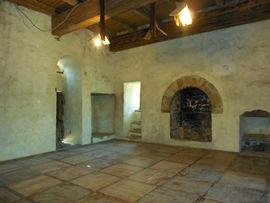 Консульский замок - Палаты - большие, паркетный пол, камин, выход на крышу (закрыт пока) - увеличить
