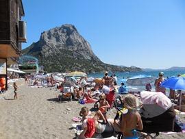 Новый Свет - пляж налево, отличный песок и высокая гора - увеличить
