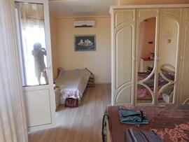 Орхидея - зал нашего номера на 4 этаже. Слева - уютный балкон с видом на Крепость и море, за шкафом - современный душ с санузлом, за фотографом - вход с балконом-входом - увеличить