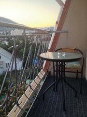 Орхидея, номер, балкон - отличный круглый столик, два кресла, ковролин, красивые перила - увеличить