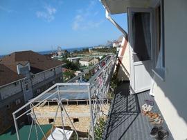 Вход в номер на 4 этаже. С винтовой лестницы. На полу - приятный ковролин. Виноград уже дорос до 4 этажа. Красиво. - увеличить