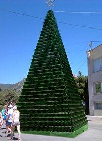 На территории - одна из красот - большая пирамида из бутылок - увеличить