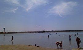 Саки, озеро, грязечерпалка вдали - увеличить