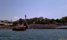 Берега бухты - сплошные памятники - так много здесь воевали и гибли люди.. - увеличить