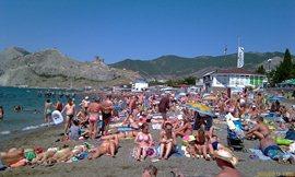 Центральный пляж Судака - направо - Генуэзская крепость - увеличить
