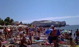 Судак, центральный пляж, слева, где «бананисты». Людей предостаточно! - увеличить