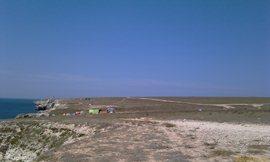 Тарханкут - сплошная степь и обрывистые берега моря. Базы и лагеря - в основном, дайвингисты и немного отдыхающие. Приехали справа, из степи - увеличить